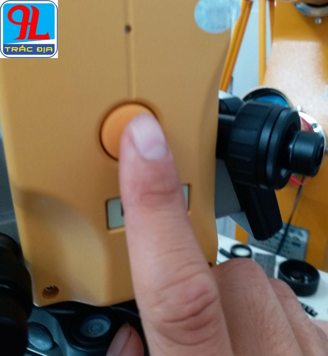 máy toàn đạc topcon es 105-phím đo bên sườn máy
